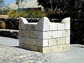 Beersheba_sacrificial_altar_replica